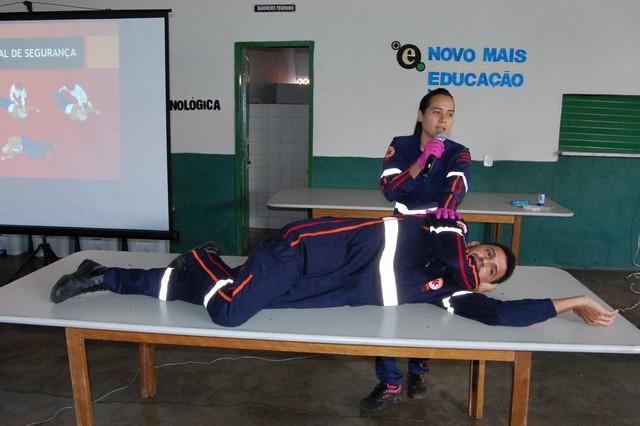 Leninha Leal realizando manobra no socorrista Daniel Marinho