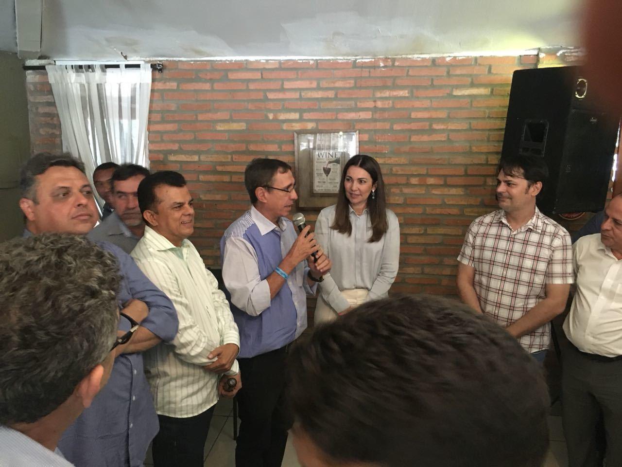 De camisa azul, ao lado de Margarete, o prefeito João Messias
