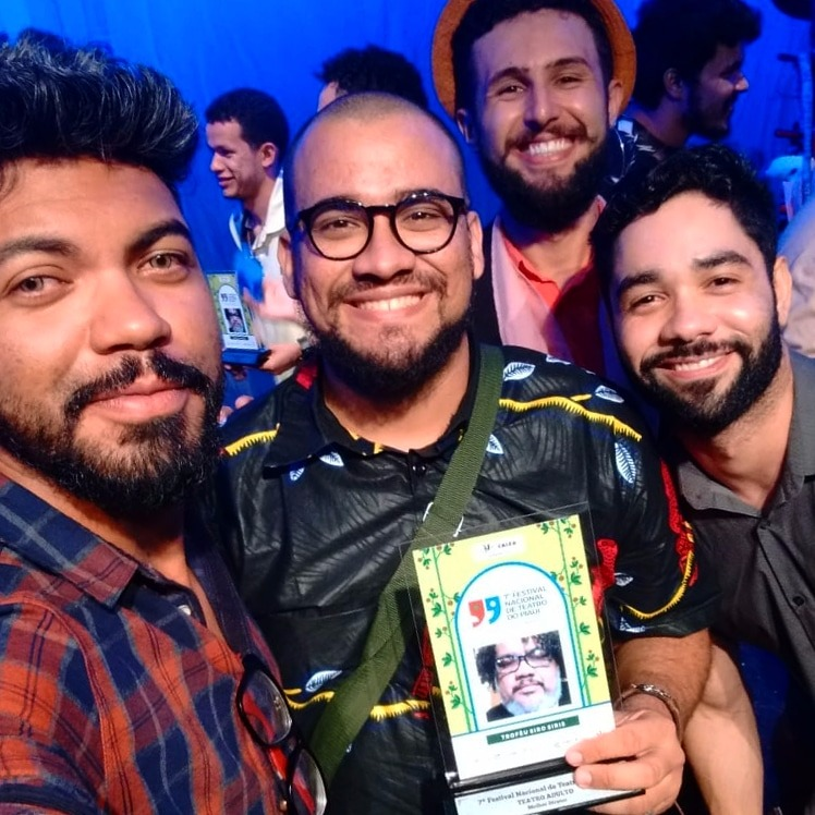 Coletivo Cabaça / Ryck Costa recebendo o Troféu Siro Siris