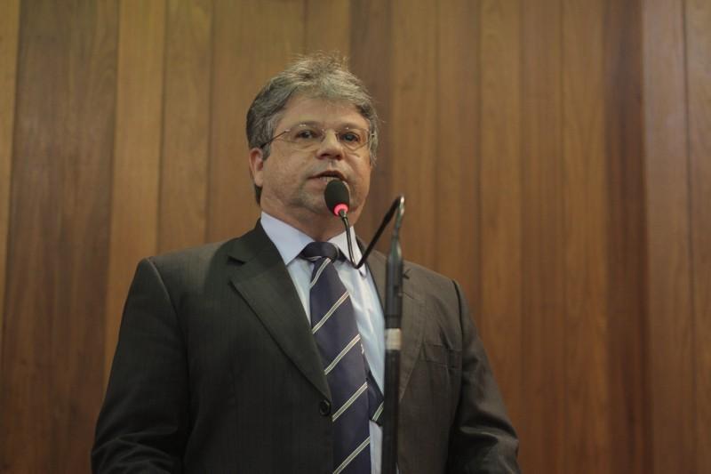 Deputado Gustavo Neiva diz que governo tenta passar