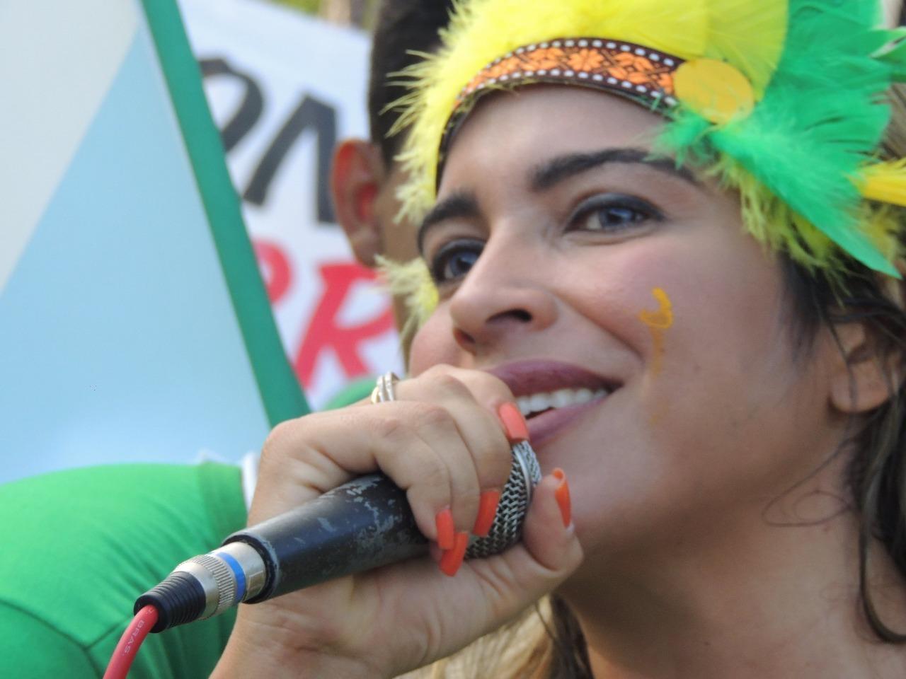 A médica Adriana Sousa liderando uma de suas manifestações (Foto: Apoliana Oliveira)