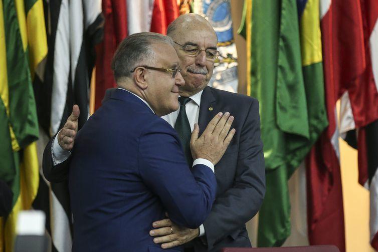Com um abraço, Alberto Beltrame transmite cargo ao ministro da Cidadania, Osmar Terra - José Cruz/Agência Brasil