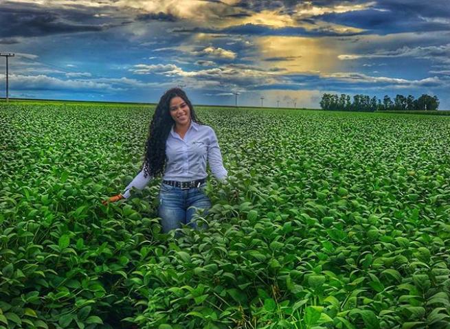 Elana posta foto no campo