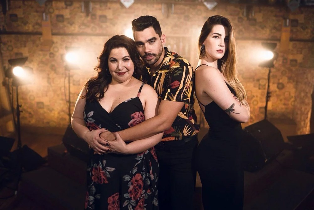 Gabriel Diniz, cantor de 'Jenifer', com as atrizes do clipe. À esquerda, Mariana Xavier, encarna a Jenifer. A ex-namorada ciumenta é a ex-BBB Aline Gotschalg