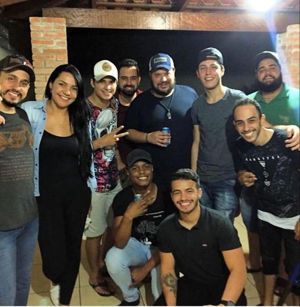 A casa em Goiânia onde nasceu 'Jenifer': Na imagem, estão 6 dos 8 autores entre amigos.