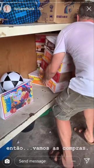 Luciano Huck e Angélica doam brinquedos para crianças em Moçambique na  África b998283bcd0ae