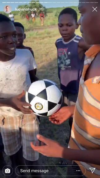 Luciano Huck e Angélica doam brinquedos para crianças em Moçambique ... d98e8b2978084