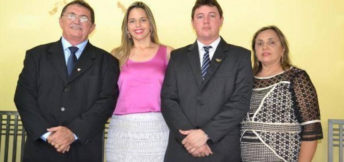 Na foto, a família Martins. Além do deputado, a filha Jandira e a esposa Lílian, aparece ainda no registro o prefeito de Wall Ferraz, Danilo Martins, filho de Rubem