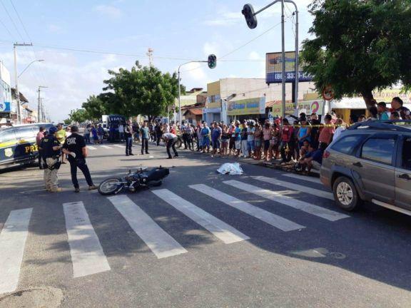 Colisão entre carro e motocicleta deixa mulher morta no litoral do Piauí 1b199bf2e1a86