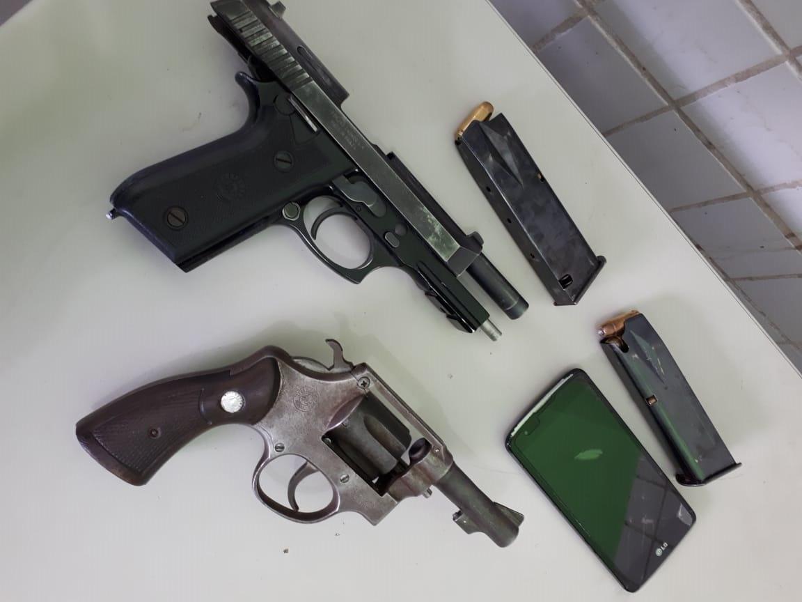 Armas que estavam com o autor do crime