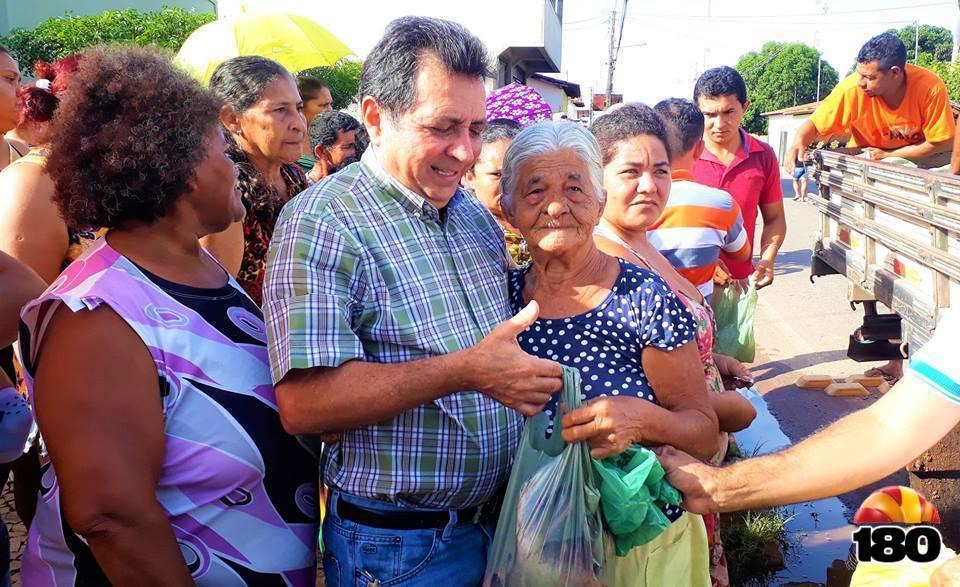 Prefeito Genival Bezerra entrega peixes a populares.
