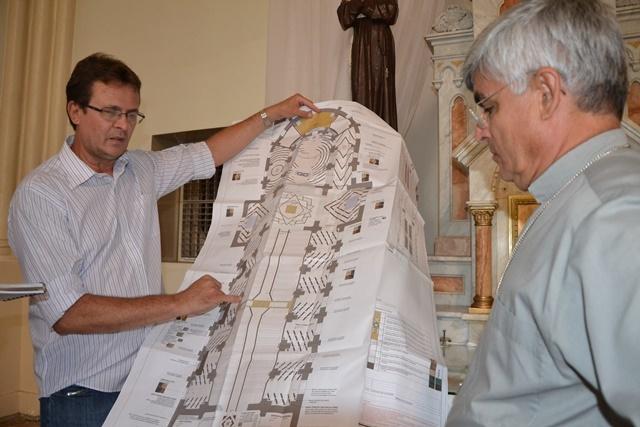 (Foto/ Portal O Povo/ Engenheiro apresenta o projeto da obra que será realizada não só no piso da Matriz)