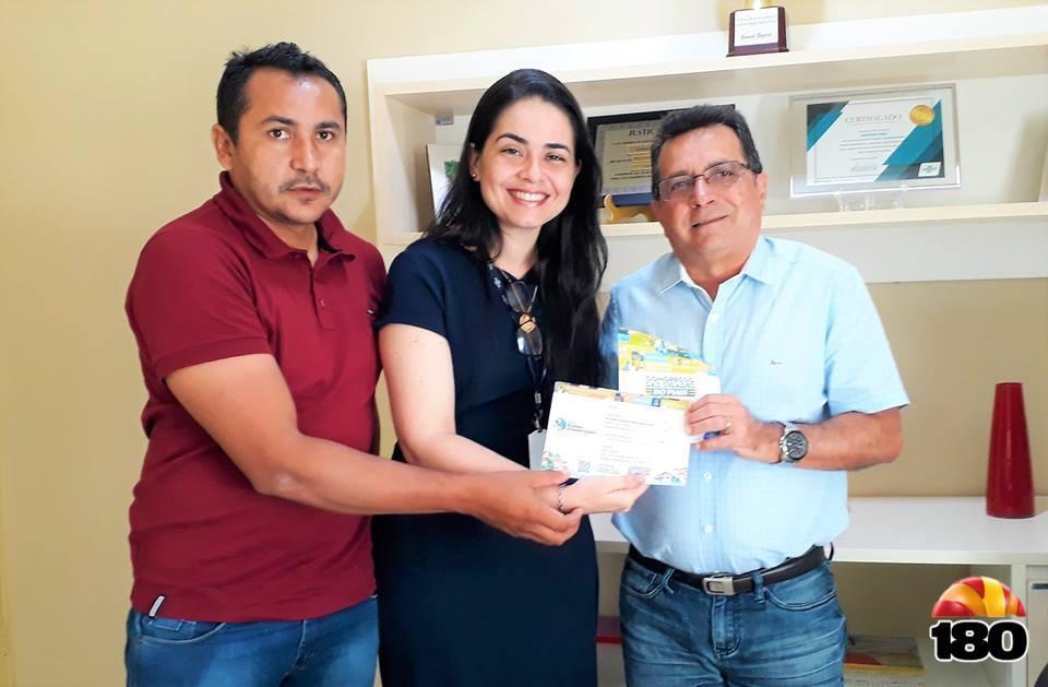 Prefeito Genival Bezerra acompanhado da Gerente Isabela Caneiro e o Agente de Desenvolvimento Matias Rodrigues.