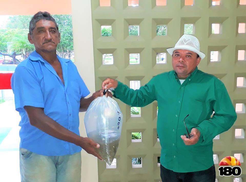 Secretário de Agricultura Francisco de Farias (Direita) entrega os alevinos.