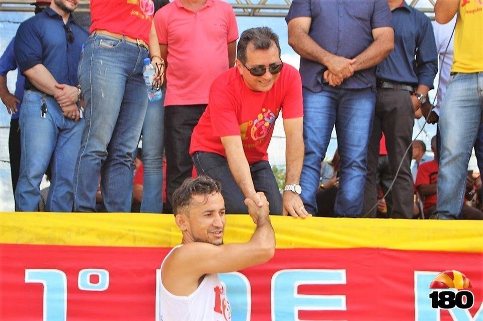 Prefeito Genival Bezerra entregando a premiação.