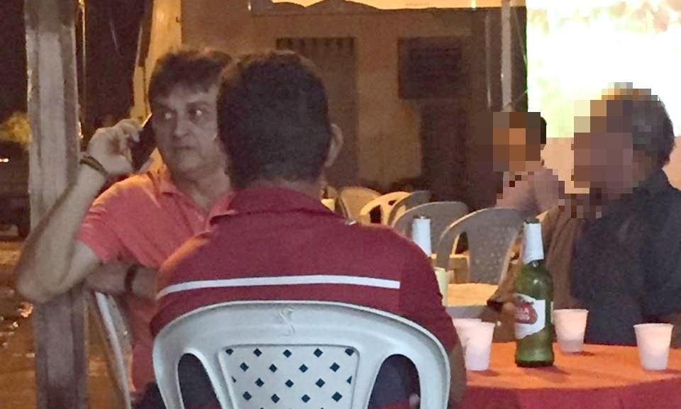 O ex-prefeito é rotineiramente visto em bares e ingerindo bebidas alcoólicas mesmo após a condenação