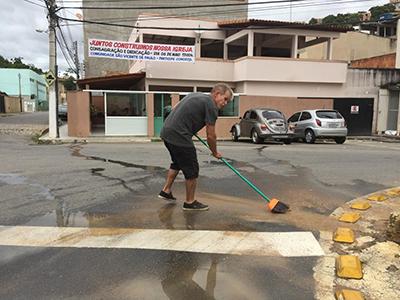 Sérgio limpa uma via pública