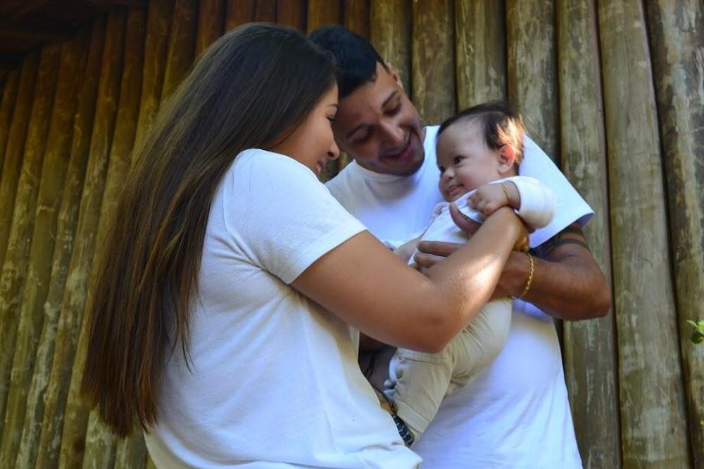Casal junto com o pequeno João Miguel, que nasceu com síndrome de Down