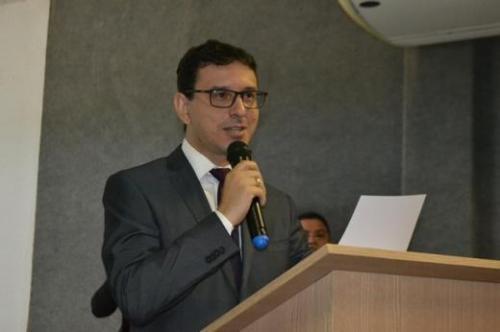 Advogado Maycon Luz durante discurso de posse