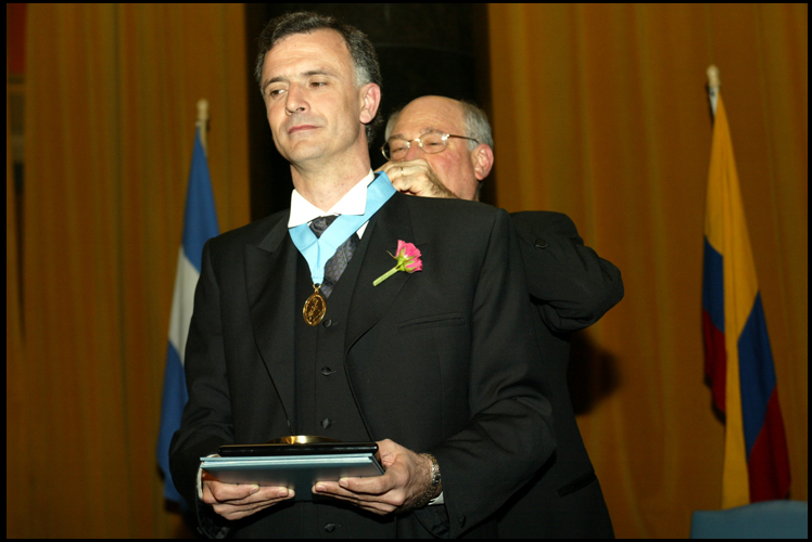 Daniel Santoro, recebendo o prêmio Maria Moors Cabot, da Universidad de Columbia, em 2007 (Foto: Divulgação)