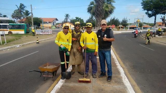 Equipe da limpeza acompanhada por Paulo Henrique Carvalho.
