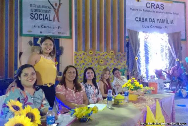 Secretária Ana Cecília cumprimentando as convidadas aos juri do evento. Em destaque, a presença da ilustre vice-prefeita Maninha Fontenele; sentada ao centro da foto.