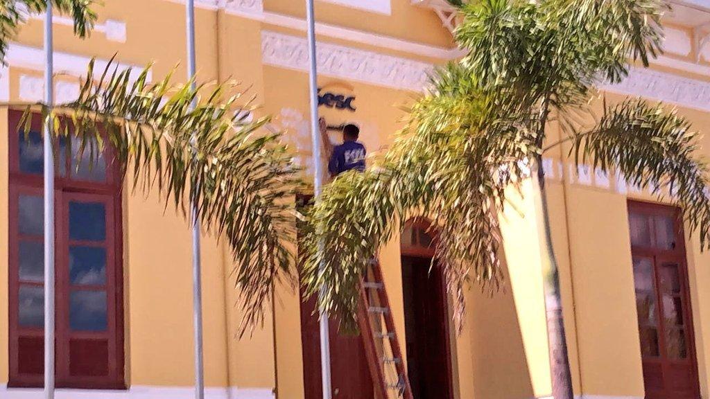 Letreiro com nome de Bolsonaro foi retirado da fachada do prédio