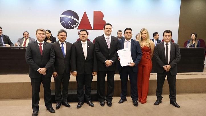 Advogado Maicon Marques sendo empossado pelo Presidente da OAB-PI, Celso Barros