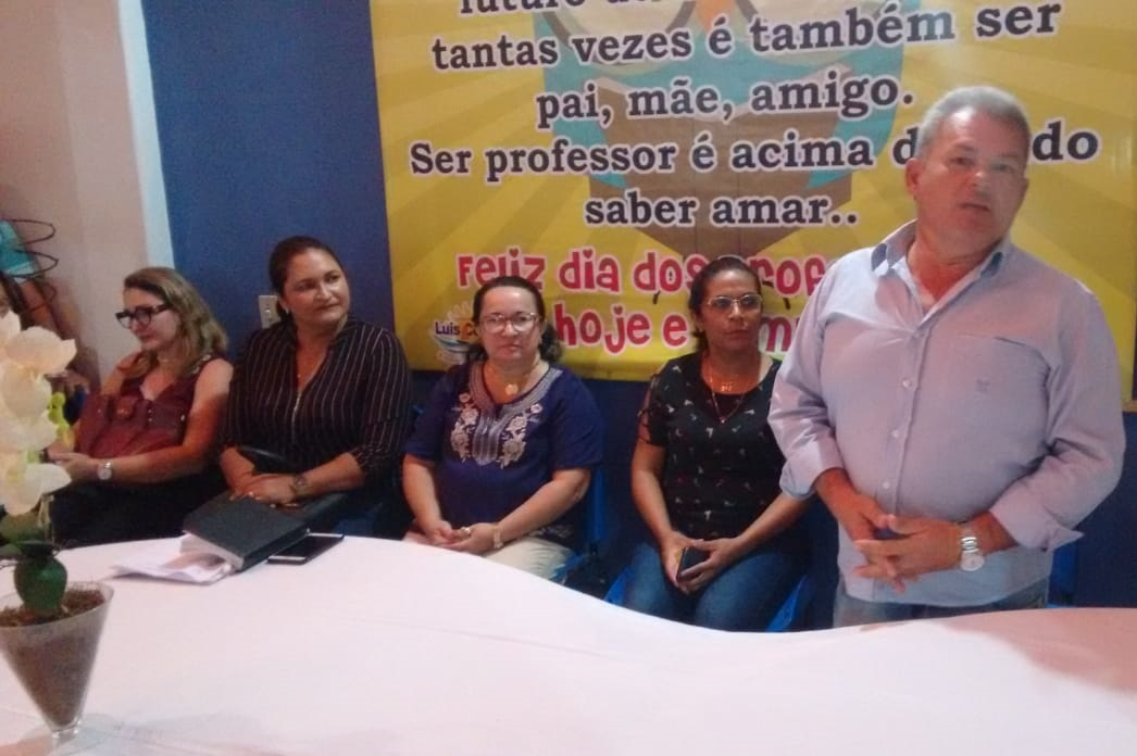 Posse da professora Floriza Sales à secretaria de Educação do município.
