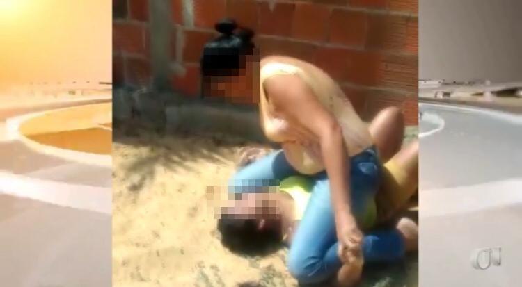 Norma aparece montada agredindo a vítima no chão