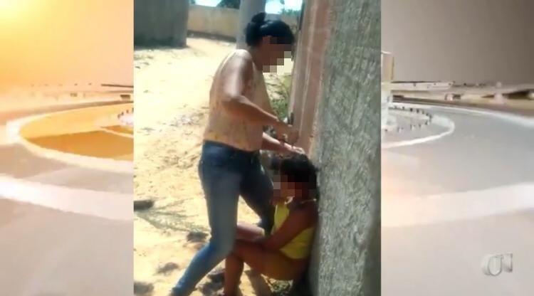 Agressora aprece cortando cabelos da vítima
