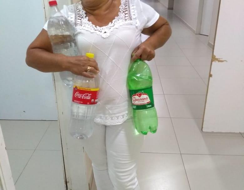 Enfermeira com garrafas de água