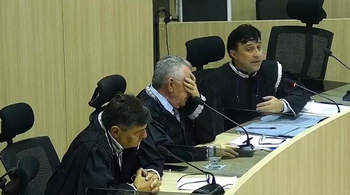 _Conselheiro Kléber Eulálio, em momento de impaciência (ao centro); ao lado do relator Delano Câmara (D), o único que é conhecedor profundo do processo