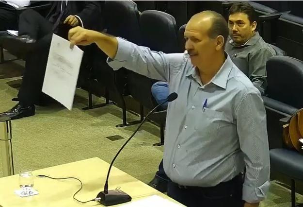 _O engenheiro Oswaldo Leôncio, no Plenário do TCE, mostrando a peça