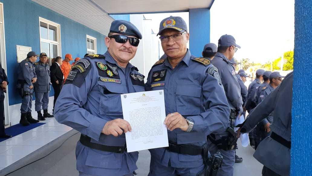 Coronel Alexandre entregando diploma ao sargento Senna em reconhecimento como destaque