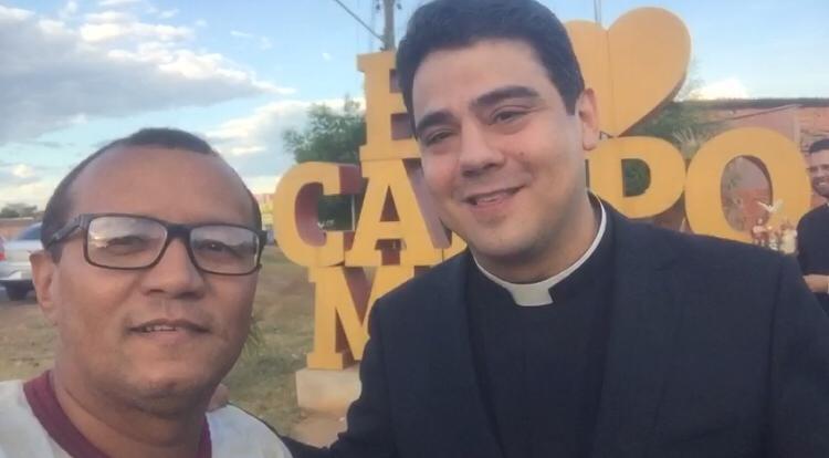 Empresário Devan Eugênio recepciona Padre Robson no letreiro 'Eu Amo Campo Maior'