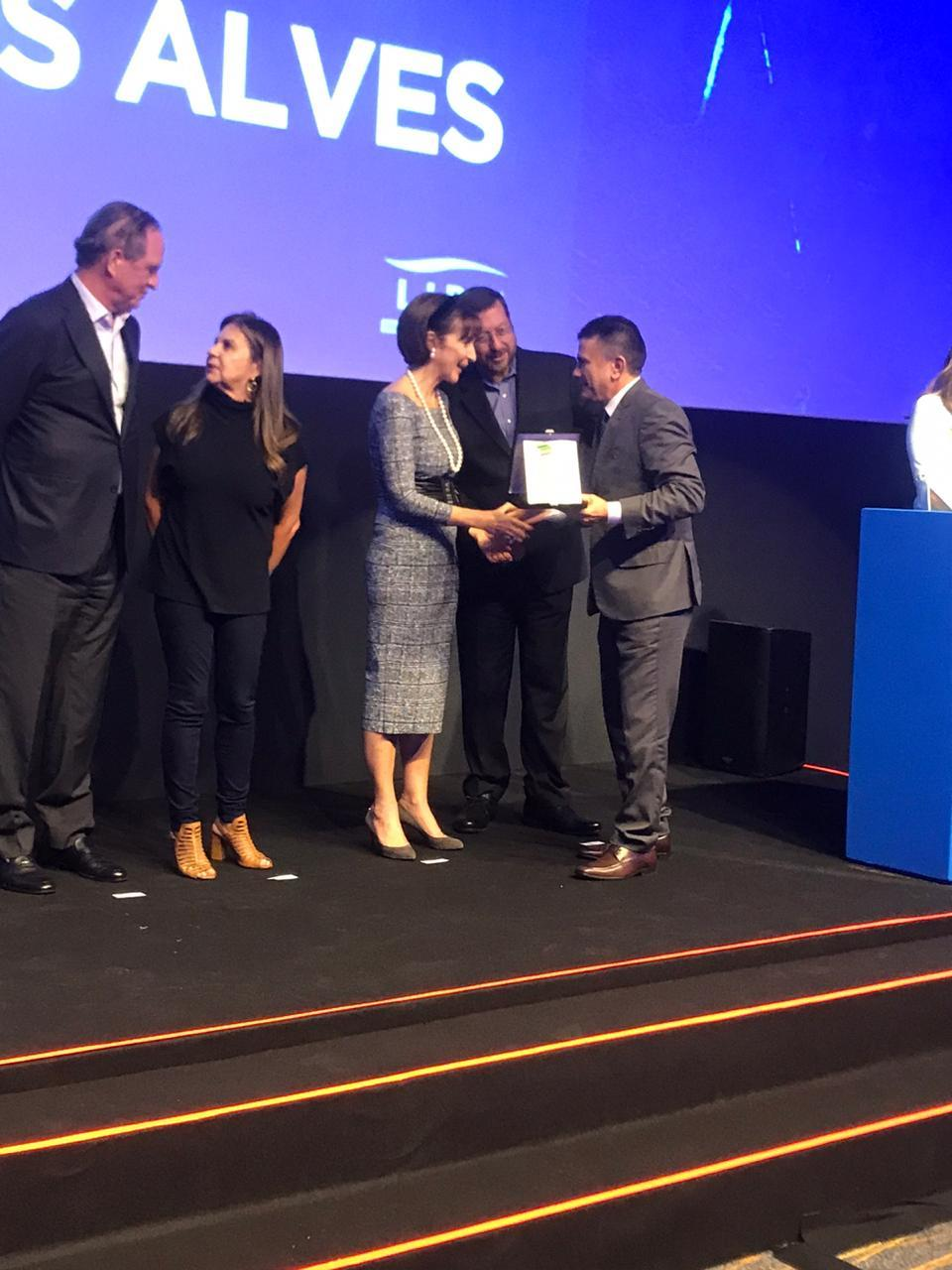 Osmar Vieira recebendo o prêmio das mãos da presidente do Instituto Ayrton Senna, Viviane Senna