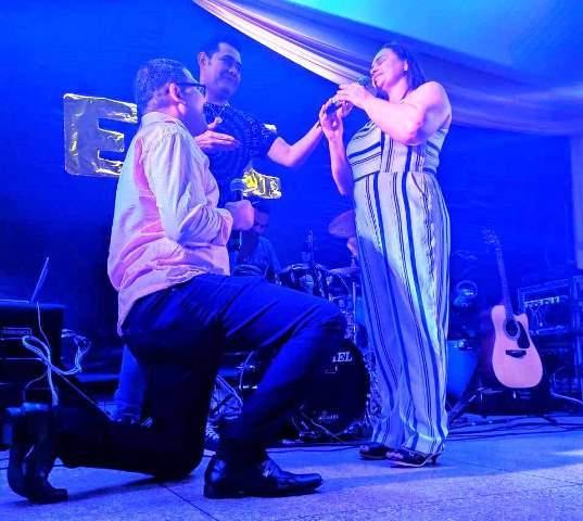 Piauiense pede namorada em casamento durante show do cantor Batista Lima em Picos 2