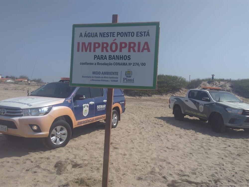 Placa é fixada na Praia Peito de Moça