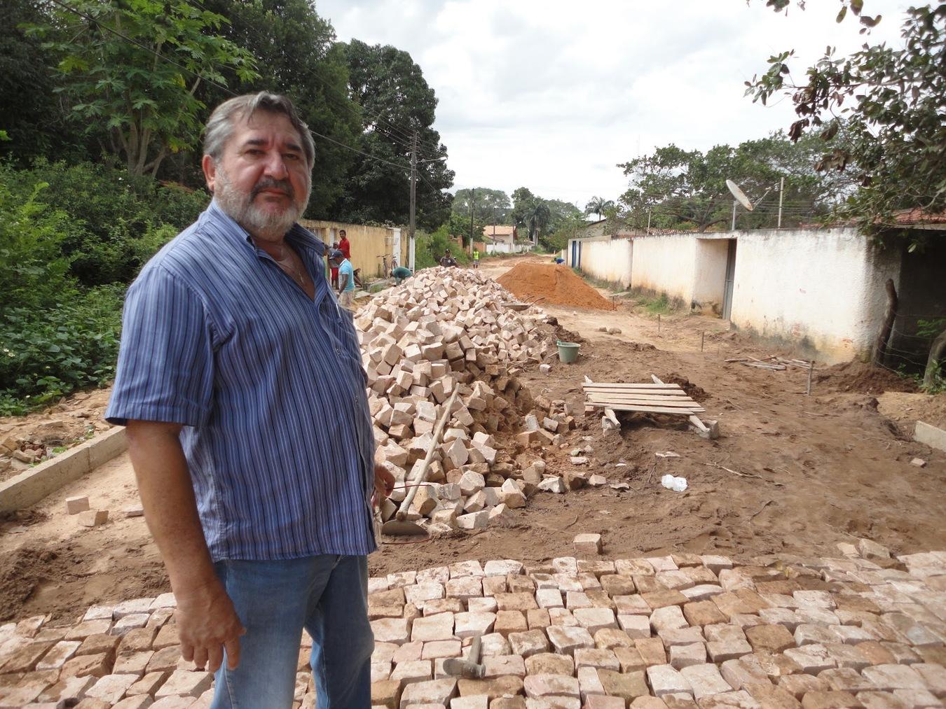 _Ex-gestor Edras Avelino Filho e o calçamento (Foto: Blog do José Bonifácio)