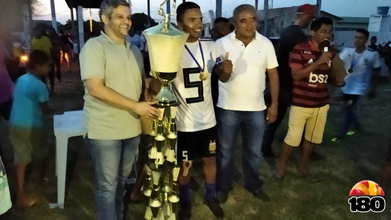 Entrega do troféu para o campeão