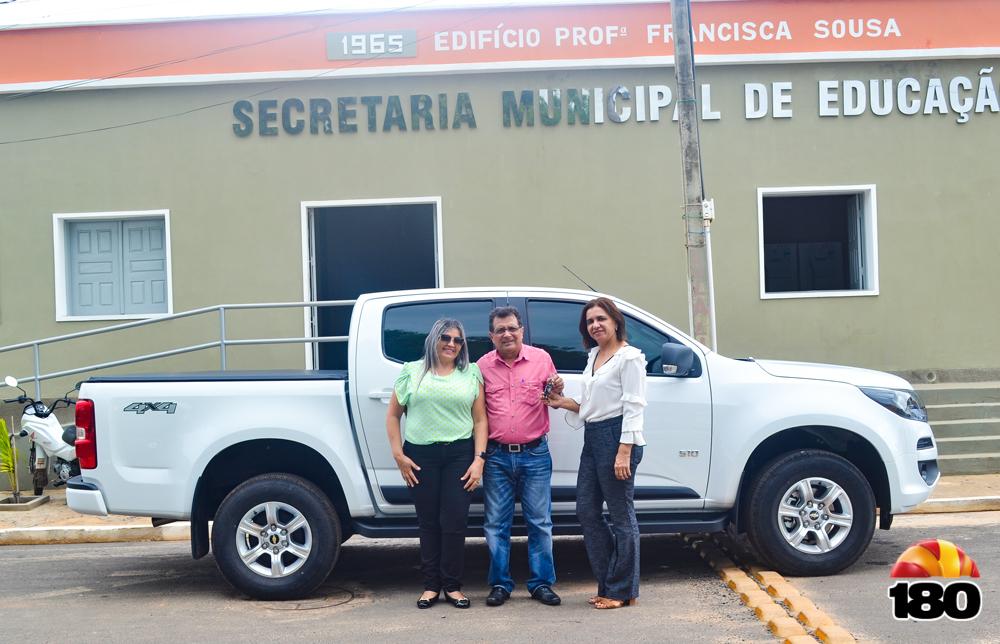 Prefeito Genival Bezerra, primeira-dama Lêda Miranda e professora Jesus Lima.