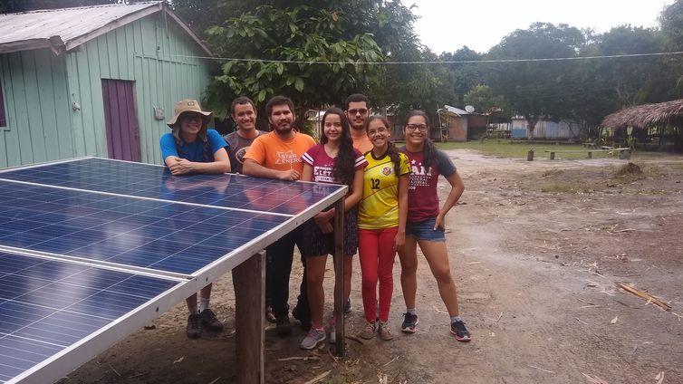 Alunos do projeto Star, da Universidade Federal do Amazonas (Ufam), que levou energia elétrica para casas da comunidade indígena Nova Esperança - Star Energy
