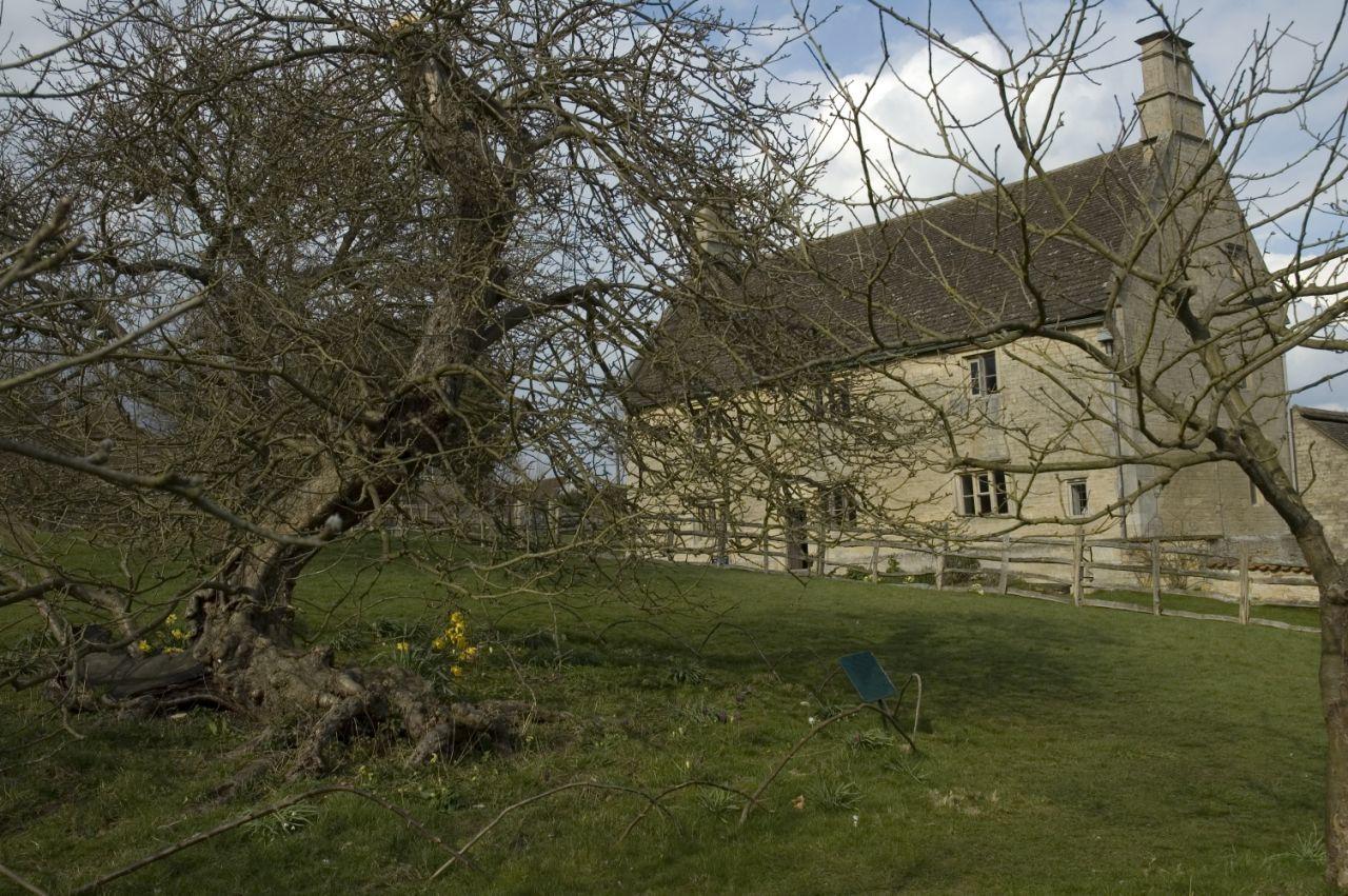 Woolsthorpe Manor, o real local onde nasceu a ideia que geraria a Teoria da Gravidade e a famosa macieira. (Foto: Getty Images)