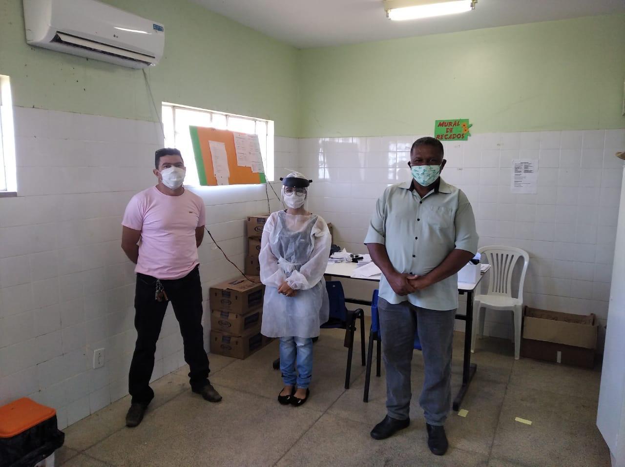 Na foto, o Secretário de Saúde, Enfermeira da UBS e vereador Domingos.
