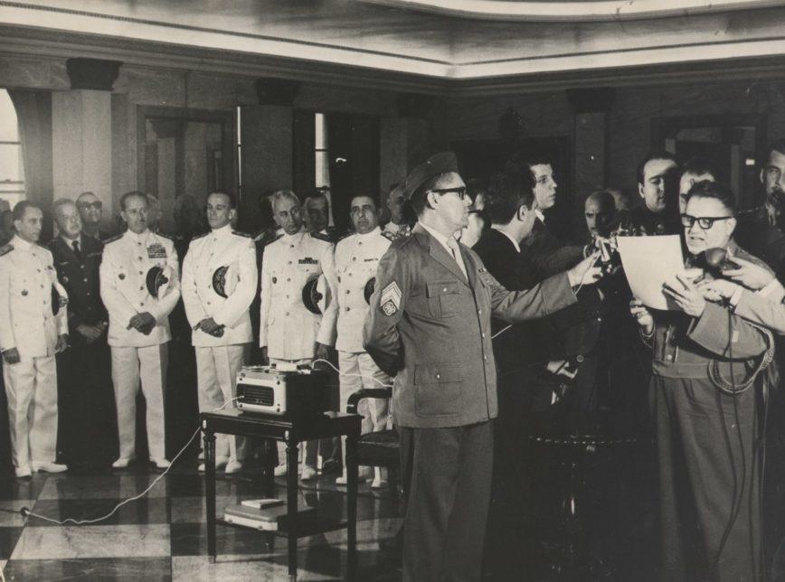Foto da solenidade em que o Ato Institucional nº 1 foi anunciado pelos meios de comunicação