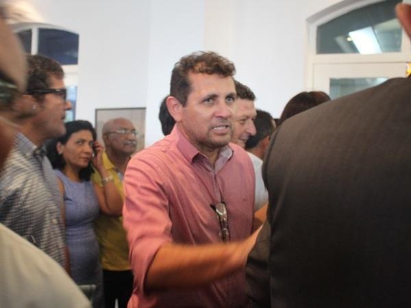 Ao centro da foto, o candidato Tonho Veríssimo, do PT