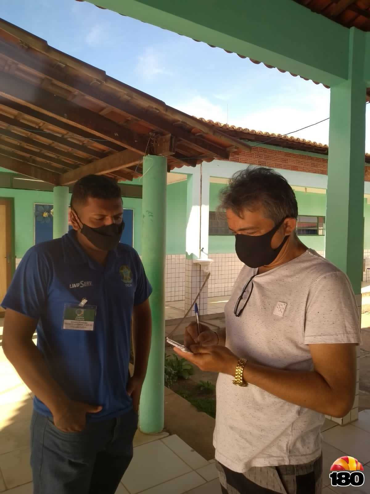 Blogueiro entrevistando o Técnico do TRE, Edvan Pereira