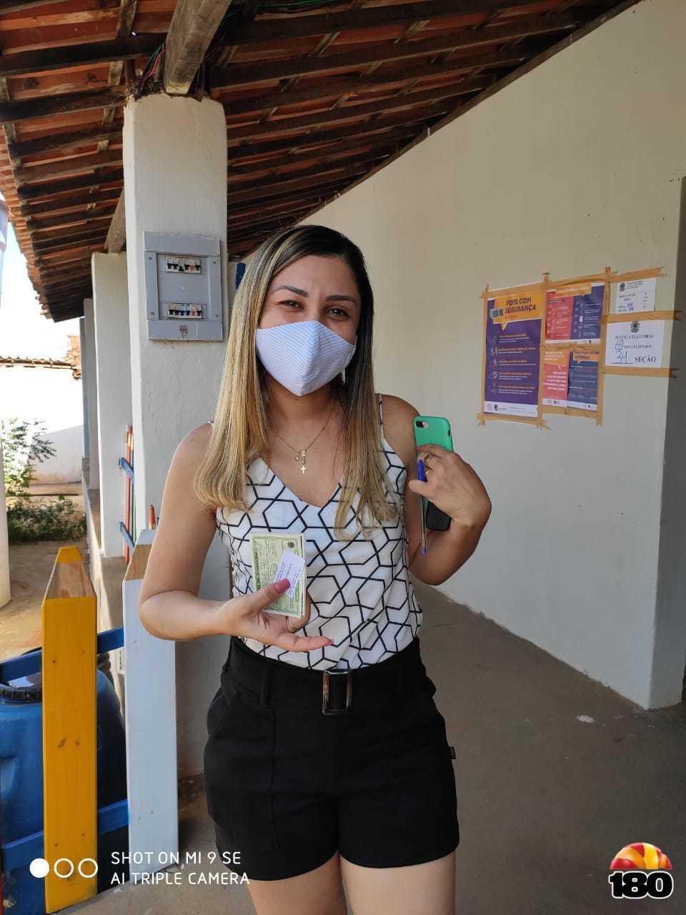 Como exemplo, a eleitora Flávia cumpriu todos os requisitos de uma eleição segura, de máscara e as mãos higienizadas, exerceu seu direito ao voto.