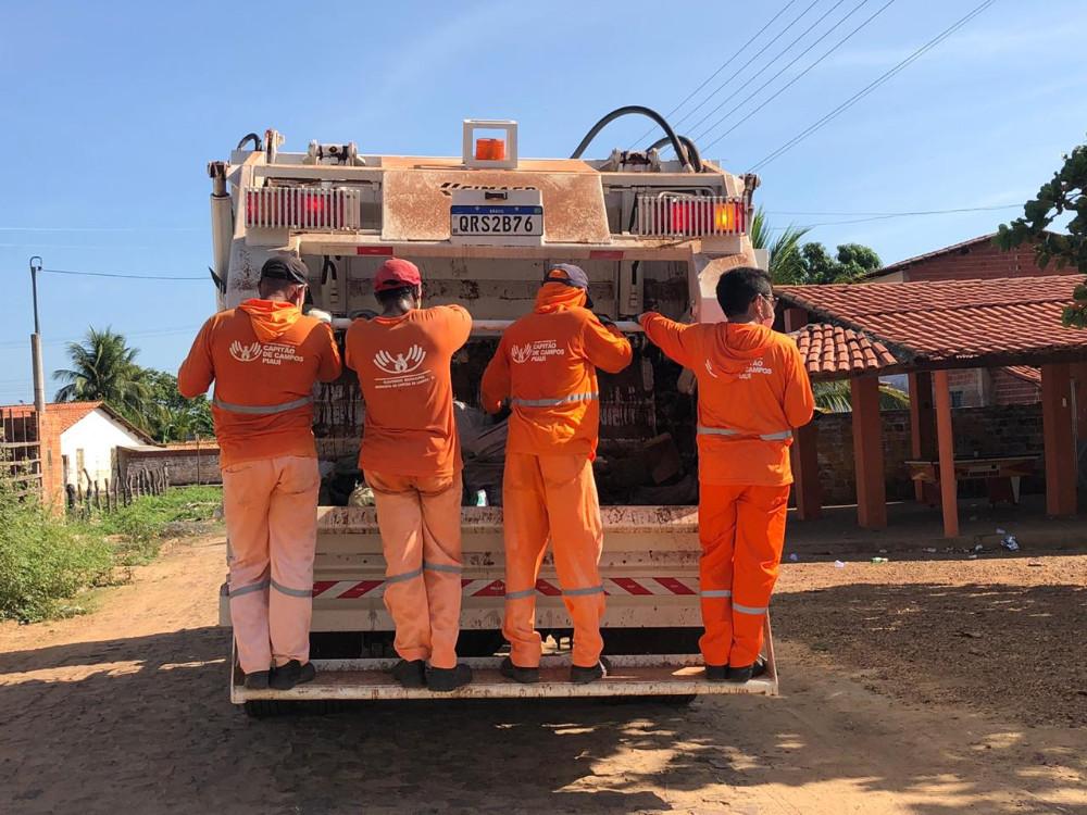 Prefeito vira gari por um dia após receber caminhão coletor de lixo no Piauí 2